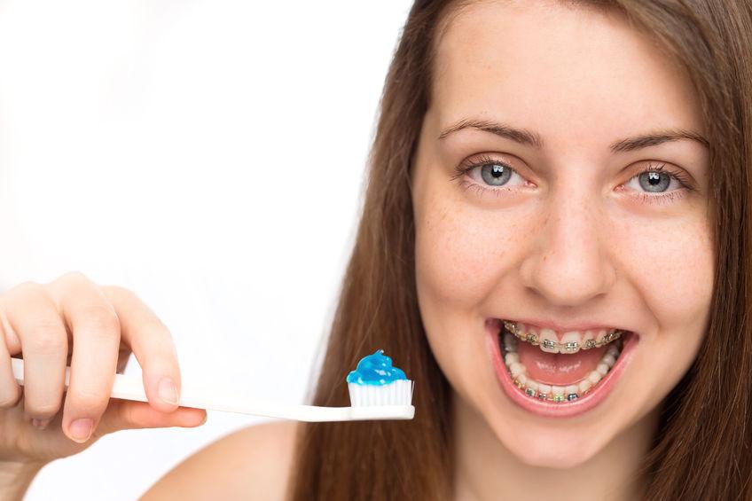 cómo lavarse los dientes con brackets